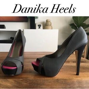 Shoedazzle Danika 7.5 Gray Pink Black Heel.